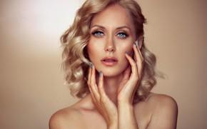 Картинка взгляд, девушка, лицо, фон, портрет, руки, макияж, блондинка, плечи, маникюр, Алексей Шаклеин