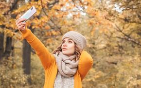 Картинка осень, девушка, деревья, природа, поза, парк, шапка, рука, портрет, макияж, шарф, прическа, кофта, жёлтые, боке, …