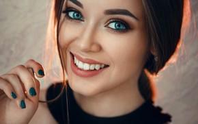 Картинка взгляд, крупный план, лицо, улыбка, модель, рука, портрет, макияж, прическа, шатенка, красотка, боке, маникюр, Evgeny …