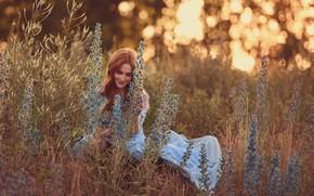 Картинка трава, девушка, цветы, улыбка, настроение, луг, веснушки, рыжая, рыжеволосая