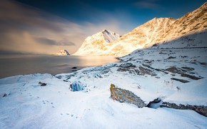 Картинка зима, свет, снег, горы, скалы, берег, вершины, Норвегия, водоем, Лофотенские острова, Лофотены