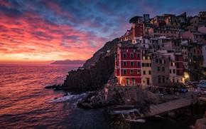Картинка море, небо, облака, пейзаж, закат, город, люди, скалы, берег, побережье, окна, здания, дома, вечер, освещение, …