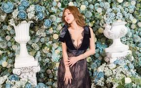 Картинка девушка, цветы, поза, розы, платье, наряд, азиатка, стоит, фотосессия, гортензия, вазоны