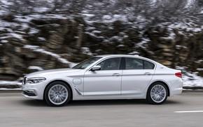 Картинка белый, скала, BMW, седан, обочина, гибрид, 5er, четырёхдверный, 2017, 5-series, G30, 530e iPerformance