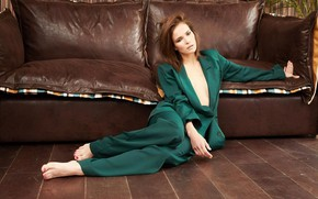 Картинка поза, диван, босиком, макияж, актриса, костюм, на полу, Лукерья Ильяшенко