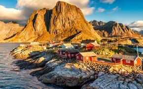 Обои свет, пейзаж, горы, природа, скалы, Норвегия, домики, водоем, поселок, голубое небо, сваи, каменистый берег, Лофотенские ...
