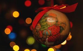 Картинка красный, улыбка, темный фон, праздник, игрушка, новый год, рождество, шарик, снеговики, снеговик, бантик, боке, ёлочная …