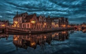 Картинка тучи, город, отражение, здания, дома, вечер, освещение, фонари, канал, Нидерланды, набережная, Haarlem, Харлем