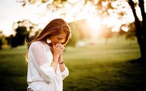 Картинка девушка, солнце, природа, поза, блузка, боке