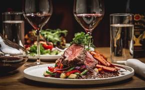 Картинка зелень, стол, вино, еда, бокалы, мясо, овощи, сервировка
