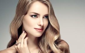 Обои девушка, лицо, рука, портрет, макияж, кольцо, прическа, голубые глаза, woman, локоны, hair, маникюр, фотомодель