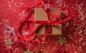 Картинка снег, праздник, коробка, подарок, Рождество, лента, Новый год, бантик, звездочки, красный фон, боке, новогодние украшения, …