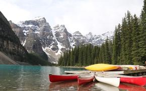 Картинка лес, небо, вода, снег, деревья, горы, озеро, лодка, лодки