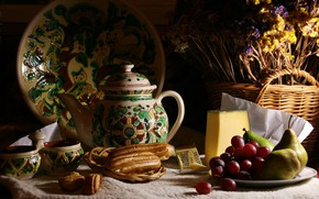 Картинка темный фон, еда, букет, сыр, чайник, виноград, чаепитие, чашки, пирожное, натюрморт, корзинка, груши, предметы, блюдо, …