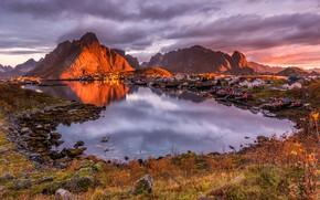 Картинка осень, облака, свет, пейзаж, закат, горы, природа, отражение, камни, берег, растительность, вечер, Норвегия, домики, водоем, ...