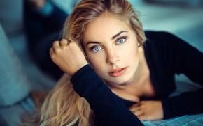 Картинка взгляд, лицо, модель, портрет, макияж, прическа, блондинка, лежит, красотка, боке, Lods Franck, Cassandre