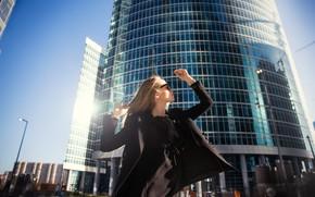Картинка девушка, солнце, город, поза, волосы, небоскреб, пальто, Денис Циомашко