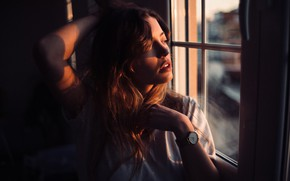 Картинка girl, twilight, long hair, photo, sunset, photographer, model, window, lips, face, brunette, watch, clock, t-shirt, …