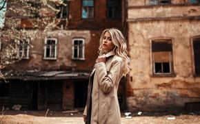 Картинка взгляд, фон, модель, портрет, макияж, прическа, блондинка, стоит, плащ, заброшенный дом, позирует, боке, Egor Konabevtsev