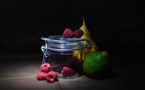 Картинка стекло, ягоды, малина, темный фон, банка, груша, фрукты, натюрморт, инжир