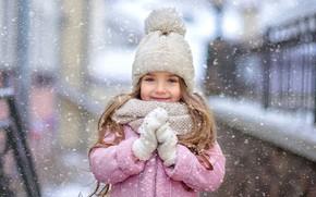Картинка зима, взгляд, снег, улыбка, настроение, шарф, девочка, шапочка, варежки, рукавички