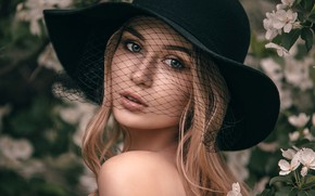 Картинка взгляд, цветы, крупный план, лицо, поза, модель, портрет, шляпа, макияж, сад, прическа, блондинка, красотка, сеточка, …