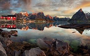 Картинка небо, вода, облака, горы, отражение, камни, скалы, берег, дома, Норвегия, залив, посёлок, Лофотенские острова, Reine, …