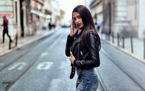 Картинка дорога, взгляд, улица, джинсы, куртка, девуша, Carolina, Pedro Courelas, ПОза