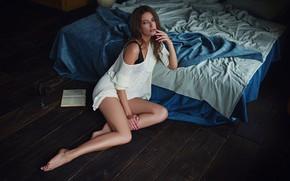 Картинка взгляд, девушка, поза, кровать, книга, ножки, на полу, свитер, Sergey Fat, Сергей Жирнов, Александра Чащина
