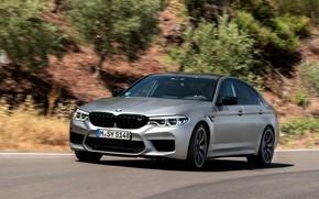 Картинка дорога, зелень, камни, серый, BMW, склон, седан, 4x4, 2018, четырёхдверный, M5, V8, F90, M5 Competition