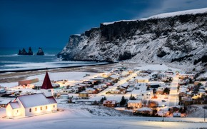 Картинка зима, снег, океан, скалы, побережье, дома, деревня, церковь, Исландия, Iceland, Атлантический океан, Atlantic Ocean, Vik, …