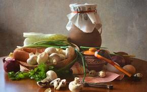Картинка стол, грибы, яйцо, лук, ложка, нож, посуда, кувшин, натюрморт, овощи, морковь, капуста, горшочек