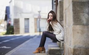 Картинка поза, дом, улица, модель, портрет, макияж, ботинки, прическа, ступени, колготки, шатенка, ножки, тротуар, сидит, задумалась, …