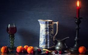 Картинка стол, бокал, абрикосы, вино, тарелка, подсвечник, натюрморт, свеча, фрукты, вишня, кувшин, огонь