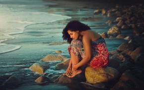 Картинка море, девушка, камни, берег, босиком, брюнетка, кудри, сарафан, босая