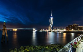 Картинка небо, облака, ночь, огни, пролив, камни, Англия, здания, дома, корабли, фонари, набережная, причалы, Portsmouth