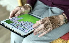 Картинка карты, игра, бабушка, руки, планшет