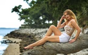 Картинка море, побережье, волосы, блондинка, шортики, топик, коряга, ножки
