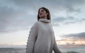 Картинка пляж, небо, облака, лицо, ветер, волосы, портрет, Девушка, свитер, Aleks Five