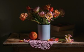 Картинка цветы, темный фон, стол, книги, апельсин, букет, тюльпаны, ваза, натюрморт, предметы