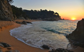 Картинка песок, море, пляж, небо, солнце, деревья, камни, скалы, рассвет, побережье, горизонт, Испания, Sa Boadella