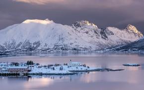 Картинка зима, небо, свет, снег, деревья, горы, тучи, пасмурно, скалы, берег, склоны, вершины, остров, дома, Норвегия, …