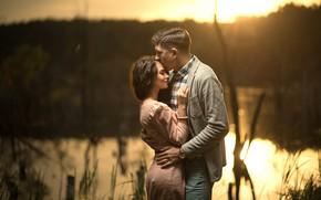 Обои девушка, река, романтика, платье, объятия, пара, мужчина, влюбленные