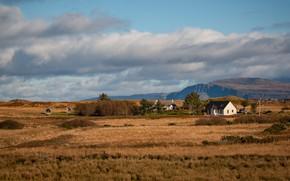 Картинка поле, осень, небо, трава, облака, деревья, горы, дом, даль, Шотландия, ограждение, простор, дымка, домик, кусты, …