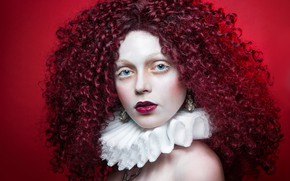 Картинка взгляд, девушка, лицо, стиль, волосы, портрет, макияж, воротник, кудри, красный фон