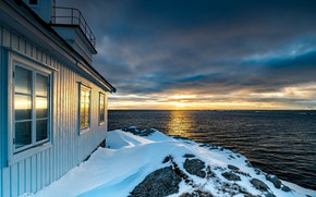 Картинка море, небо, солнце, облака, снег, закат, тучи, дом, камни, побережье, горизонт, Норвегия, Лофотенские острова, Lofoten