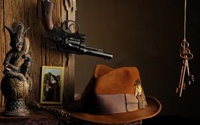 Картинка шляпа, ключи, револьвер