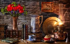 Картинка цветы, стена, книги, лампа, чашка, тюльпаны, ваза, кувшин, натюрморт, картинка, десерт, мускари, блюдо