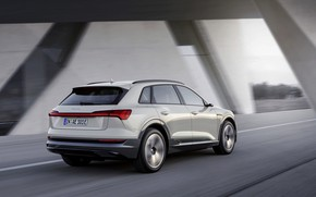 Обои серый, движение, Audi, вид сзади, E-Tron, 2019