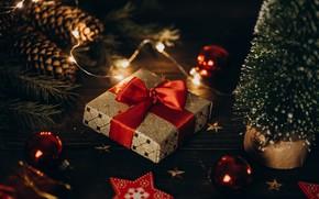 Картинка зима, шарики, свет, ночь, красный, темный фон, стол, праздник, коробка, подарок, шары, игрушка, доски, огоньки, …